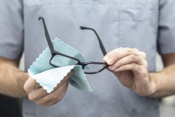 cómo limpiar las gafas para que no se rayen